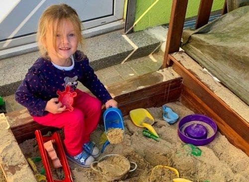 Mädchen spielt im Sandkasten