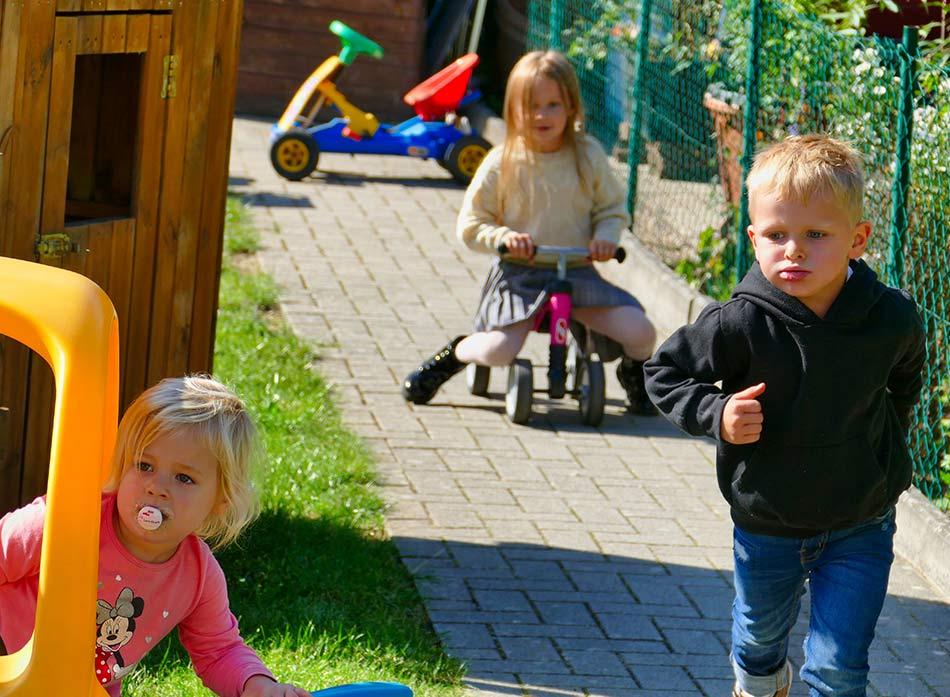 Villa Regenwürmchen - Kinder spielen im Garten